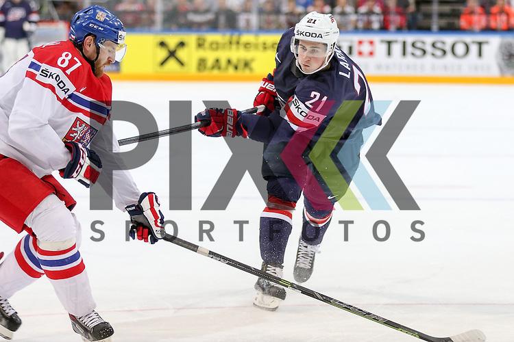 USAs Larkin, Dylan (Nr.21)(University of Michigan) mit einem Schuss vorbei an Tschechiens Nakladal, Jakub (Nr.87)(TPS Turku)  im Spiel IIHF WC15 USA vs. Czech Republic.<br /> <br /> Foto &copy; P-I-X.org *** Foto ist honorarpflichtig! *** Auf Anfrage in hoeherer Qualitaet/Aufloesung. Belegexemplar erbeten. Veroeffentlichung ausschliesslich fuer journalistisch-publizistische Zwecke. For editorial use only.