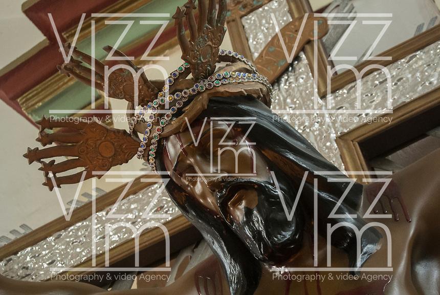 GINEBRA - COLOMBIA: 18-04-2018. La imagen de Cristo crucificado es vista durante el jueves santo en la población de Ginebra, Valle del Cauca, Colombia, de la semana santa para los cristianos. / The Jesus Christ is seen during the holy thursday in  the town of Ginebra, Valle del Cauca, Colombia as part of Easter Week to the Christians.  Photo: VizzorImage / Gabriel Aponte / Staff