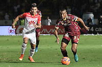 IBAGUÉ -COLOMBIA, 14-12-2016. Angelo Rodriguez (Der) jugador de Deportes Tolima disputa el balón con Juan Daniel Roa (Izq) jugador del Independiente Santa Fe durante partido de ida por la final de la Liga Aguila II 2016 jugado en el estadio Manuel Murillo Toro de la ciudad de Ibagué./ Angelo Rodriguez (R) player of  Deportes Tolima vies for the ball with Juan Daniel Roa (L) player of Independiente Santa Fe during first leg match for the final of the Aguila League II 2016 played at Manuel Murillo Toro stadium in Ibague city. Photo: VizzorImage/ Gabriel Aponte / Staff