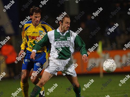 BVB / Westerlo - Racing Mechelen: Jurgen Simeon (Mechelen) met Nico van Kerckhoven in de rug