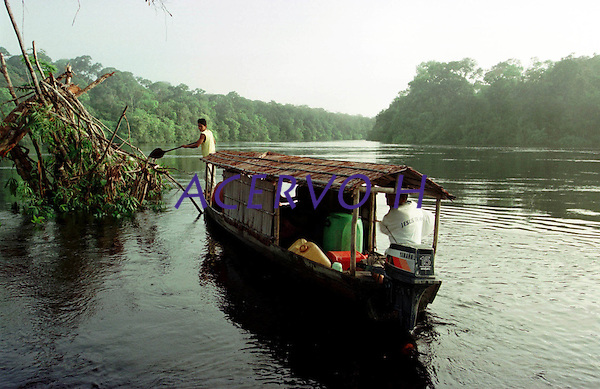 Alto rio Xi&eacute;, fronteira do Brasil com a Col&ocirc;mbia a cerca de 1.000Km oeste de Manaus.<br />06/2002.<br />&copy;Foto: Paulo Santos/ Interfoto<br />Negativo Cor 135 N&ordm; 8334 T4 F16a Expedi&ccedil;&atilde;o Werekena do Xi&eacute;<br /> <br /> Os &iacute;ndios Bar&eacute; e Werekena (ou Warekena) vivem principalmente ao longo do Rio Xi&eacute; e alto curso do Rio Negro, para onde grande parte deles migrou compulsoriamente em raz&atilde;o do contato com os n&atilde;o-&iacute;ndios, cuja hist&oacute;ria foi marcada pela viol&ecirc;ncia e a explora&ccedil;&atilde;o do trabalho extrativista. Oriundos da fam&iacute;lia ling&uuml;&iacute;stica aruak, hoje falam uma l&iacute;ngua franca, o nheengatu, difundida pelos carmelitas no per&iacute;odo colonial. Integram a &aacute;rea cultural conhecida como Noroeste Amaz&ocirc;nico. (ISA)