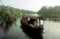 Alto rio Xié, fronteira do Brasil com a Colômbia a cerca de 1.000Km oeste de Manaus.<br />06/2002.<br />©Foto: Paulo Santos/ Interfoto<br />Negativo Cor 135 Nº 8334 T4 F16a Expedição Werekena do Xié<br /> <br /> Os índios Baré e Werekena (ou Warekena) vivem principalmente ao longo do Rio Xié e alto curso do Rio Negro, para onde grande parte deles migrou compulsoriamente em razão do contato com os não-índios, cuja história foi marcada pela violência e a exploração do trabalho extrativista. Oriundos da família lingüística aruak, hoje falam uma língua franca, o nheengatu, difundida pelos carmelitas no período colonial. Integram a área cultural conhecida como Noroeste Amazônico. (ISA)