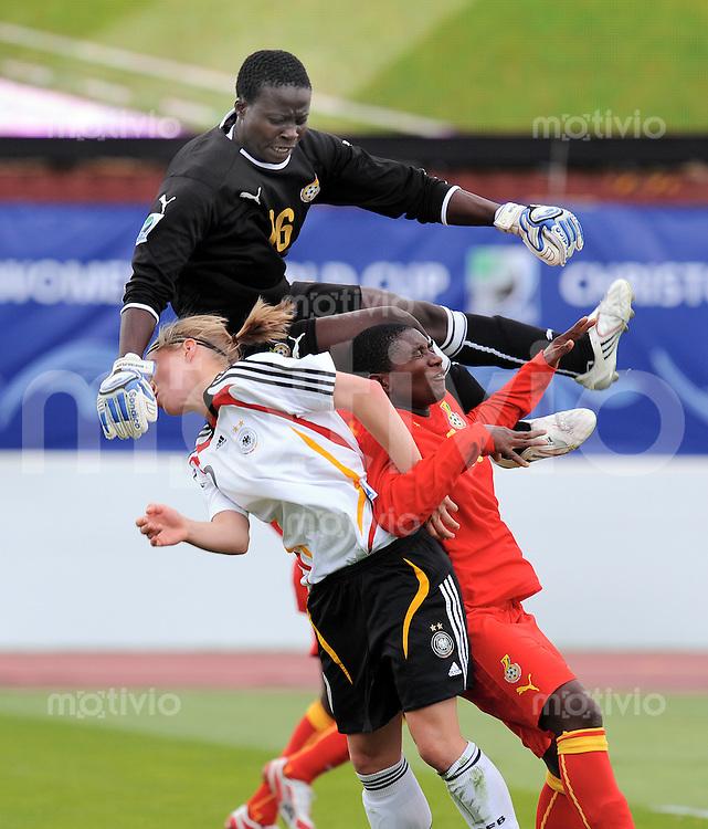 Fussball Frauen FIFA U 17  Weltmeisterschaft 2008     01.11.2008 Ghana - Deutschland Patricia Mantey (oben,GHA) und  Rosemary Ampen (re,GHA) gegen Tabea Kemme li,GER)