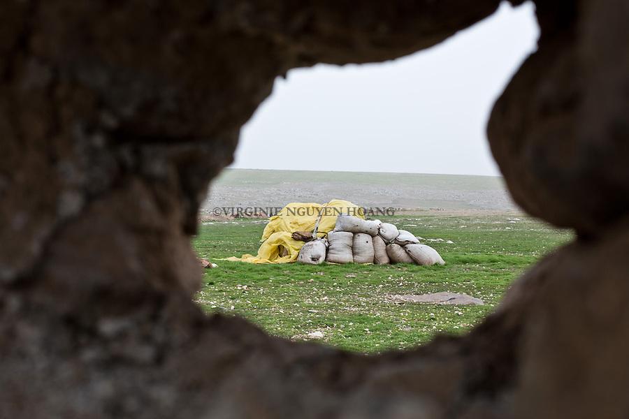 SYRIA: Sniper position near a Deash position a few hundred meters away.<br /> <br /> SYRIA: Position de sniper visant les positions de Deash &agrave;  quelques centaines de m&egrave;tres plus loin.