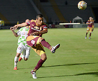 IBAGUÉ -COLOMBIA, 21-12-2014. Victor Aquino (Der) jugador de Deportes Tolima disputa el balón con Andrés Correa (Izq) jugador del Boyacá Chicó FC por la fecha 6 de la Liga Aguila I 2016 jugado en el estadio Manuel Murillo Toro de la ciudad de Ibagué./ Victor Aquino (R) player of  Deportes Tolima vies for the ball with xxx (L) player of Boyaca Chico FC for the date 6 of the Aguila League I 2016 played at Manuel Murillo Toro stadium in Ibague city. Photo: VizzorImage / Juan Carlos Escobar / Str