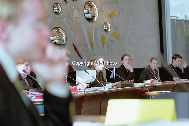 Foto: VidiPhoto..UTRECHT - In het Utrechtse provinciehuis is woensdag het slot van de voorrondes gehouden voor het tiende Europese Scholierenparlement. Van iedere school die deelneemt, mag een vertegenwoordiger meedoen met de nationale voorrondes. De plenaire debatten, waarbij het Europees parlement werd nagespeeld, werden woensdag gehouden in de Statenzaal. Aan de orde kwamen onderwerpen als euthanasie en sociale dienstplicht.