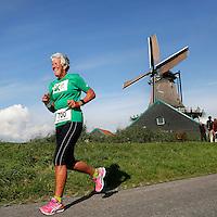 Zaanse Schans -  Vrolijke  deelneemster aan de Zaanse Schansloop.