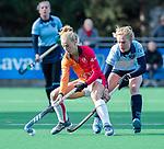 Laren - Lisa Scheerlinck (OR) met Elin van Erk (Lar) tijdens de Livera hoofdklasse  hockeywedstrijd dames, Laren-Oranje Rood (1-3).  COPYRIGHT KOEN SUYK
