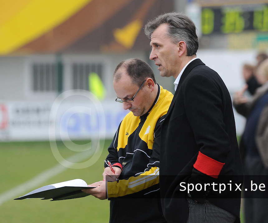 SC Wielsbeke : coach Drazen Kukuric in overleg met hulptrainer Diego Brunello (links)..foto David Catry / VDB