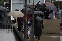 SÃO PAULO,SP, 02.03.2016 - CLIMA-SP - Pedestres se protegem da chuva na avenida Paulista, na região central de São Paulo, na tarde desta quarta-feira, 02. (Foto: Douglas Pingituro/Brazil Photo Press)