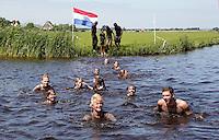 Schoonspoelen na een Blubberrace in Monnickendam. Wedstrijd slootje springen