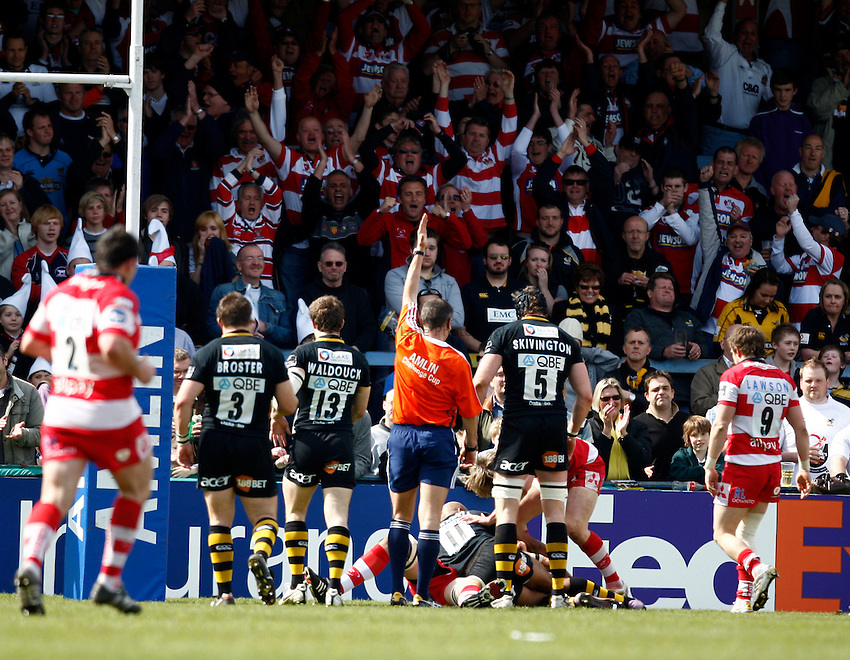 Photo: Richard Lane/Richard Lane Photography. London Wasps v Gloucester Rugby. Amlin Challenge Cup Quarter Final. 11/04/2010. Referee, Christophe Berdos signals for a try.