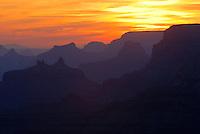 4415 / Grand Canyon: AMERIKA, VEREINIGTE STAATEN VON AMERIKA, ARIZONA,  (AMERICA, UNITED STATES OF AMERICA), 14.05.2006:.Der Grand Canyon (Gewaltige Schlucht) ist eine steile, etwa 450 km lange Schlucht im Norden des US-Bundesstaats Arizona, die ueber Millionen von Jahren vom Fluss Colorado ins Gestein des Colorado Plateau gegraben wurde. Der groesste Teil des Grand Canyon liegt im Grand-Canyon-Nationalpark...Der Canyon zaehlt zu den grossen Naturwundern auf dieser Welt und wird jedes Jahr von rund 5 Millionen Menschen besucht...Der Grand-Canyon-Nationalpark liegt im Nordwesten von Arizona, noerdlich von Williams und Flagstaff und etwa 365 km noerdlich der Hauptstadt Phoenix. .Der Grand Canyon ist etwa 450 km lang (davon liegen 350 km innerhalb des Nationalparks), zwischen 6 und 30 km breit und bis zu 1.800 m tief. Der Name des Canyons stammt vom Colorado River, der frueher in Teilen Grand River genannt wurde (deutsch: Gewaltiger Fluss/Canyon, aber auch Großartiger Fluss/Canyon)..Das Gebiet um das Tal wird in drei Regionen aufgeteilt: den Suedrand (south rim), der die meisten Besucher anzieht, den hoeher gelegenen und kuehleren Nordrand (north rim) und die Innere Schlucht (inner canyon) mit 5 Klimazonen..Flussaufwaerts, im suedlichen Utah liegen andere große Schluchten des Colorado. Der Glen Canyon, der seit 1964 im Stausee des Lake Powell versunken ist, galt landschaftlich als besonders schoen. Weiter im Norden liegt der Canyonlands-Nationalpark. Flussabwaerts, in der Naehe von Las Vegas, liegt der Stausee Lake Mead am Hoover-Staudamm...