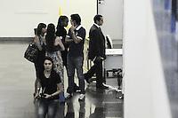 SAO PAULO, SP, 22 FEVEREIRO 2013 - JULGAMENTO- Gil Rugai e Leo Rugai chega no Forum da Barra Funda para o ultimo dia de julgamento acompanhado da mae(FOTO: ADRIANO LIMA / BRAZIL PHOTO PRESS).