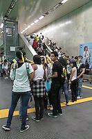 RIO DE JANEIRO; RJ; 20 DE JUNHO 2013-  Manifestantes saem do metrô na estação Uruguaiana rumo à Igreja da Candelária, centro do Rio de Janeiro, na noite desta quinta-feira para mais um dia de protestos que tomaram a Avenida Presidente Vargas nas quatro pistas em direção à Prefeitura. FOTO: NÉSTOR J. BEREMBLUM - BRAZIL PHOTO PRESS.
