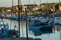 France, Gironde (33), bassin d'Arcachon, La Teste de Buch, port de La Teste, port ostréicole, cabanons d'ostréiculteur,  et chaland // France, Gironde, Bassin d'Arcachon, La Teste de Buch, oyster-farming port of La Teste, oyster farmers cottage ,  and a barge