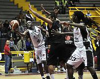 BOGOTA – COLOMBIA – 25-02-2013: Moreno (Izq.) de Piratas de Bogotá, disputa el balón con José Baquero (Der.) de Halcones de Cúcuta, febrero 25 de 2013. Piratas y Halcones en tercera partido de  la Liga Directv Profesional de baloncesto en partido jugado en el Coliseo El Salitre. (Foto: VizzorImage / Luis Ramírez / Staff). : Moreno (L) of Piratas from Bogota, fights for the ball with José Baquero (R) of Halcones from Cucuta, February 25, 2013. Pirates and Halcones in the third match the Directv Professional League basketball, game at the Coliseum El Salitre. (Photo: VizzorImage / Luis Ramirez / Staff).