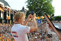 TURNEN: LEMMER: centrum Lemmer, 17-08-2012, Huldiging Olympisch kampioen, Epke Zonderland laat het publiek de Erepenning van de gemeente Lemsterland zien, ©foto Martin de Jong