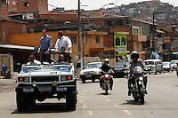 ATENÇÃO EDITOR: FOTO EMBARGADA PARA VEÍCULOS INTERNACIONAIS. SAO PAULO, SP, 06 DE OUTUBRO DE 2012.  ELEIÇAO 2012 SAO PAULO - CELSO RUSSOMANNO.  O candidato do PRB a prefeitura de Sao Paulo, Celso Russomanno, durante carreata pelas ruas dos bairros de Campo Limpo, Capão Redondo, Socorro e Guarapiranga, no inicio da tarde deste sabado,  na zona sul da capital paulista.FOTO ADRIANA SPACA - BRAZIL PHOTO PRESS