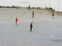 Tunsia, il dopo rivoluzione. ragazzi che giocano a pallone in un campetto da calcio.<br /> TUNISIA after spring revolution young football players