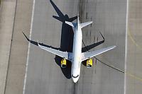 Airbus  A319 auf der Startbahn in Finkenwerder der Fluggesellschaft Vueling.com : EUROPA, DEUTSCHLAND, HAMBURG, FINKENWERDER, (EUROPE, GERMANY), 19.10.2019: Airbus  A319 auf der Startbahn in Finkenwerder der Fluggesellschaft Vueling.com