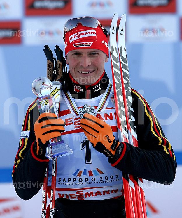 Sapporo , 240207 , Nordische Ski Weltmeisterschaft  Langlauf Verfolgung Maenner ,  Tobias ANGERER (GER) jubelt mit der Silbermedaile