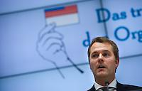 """Berlin, Bundesgesundheitsminister Daniel Bahr (FDP) spricht am Donnerstag (31.05.13) im Gesundheitsministerium bei einer Pressekonferenz zum Start einer neuen Organspendekampagne unter dem Motto """"Das trägt man heute: den Organspendeausweis"""". Foto: Steffi Loos/CommonLens"""