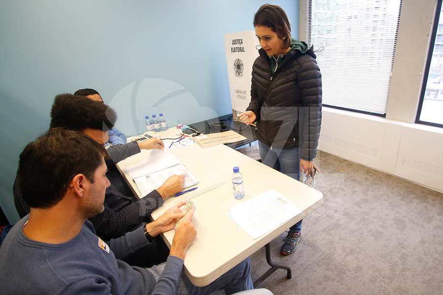 VANCOUVER,CANADA 07.10.2018 - ELEIÇOES- 2018 - Eleitores votam nas eleiçoes presidenciais do Brasil na seçao eleitoral em Vancouver no Canadá neste domingo, 07.(Foto: Clelio Tomaz/Brazil Photo Press)