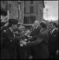 Place Barthal à Figeac (46). 17 Mai 1962. Vue du Général de Gaulle serrant des mains dans le public