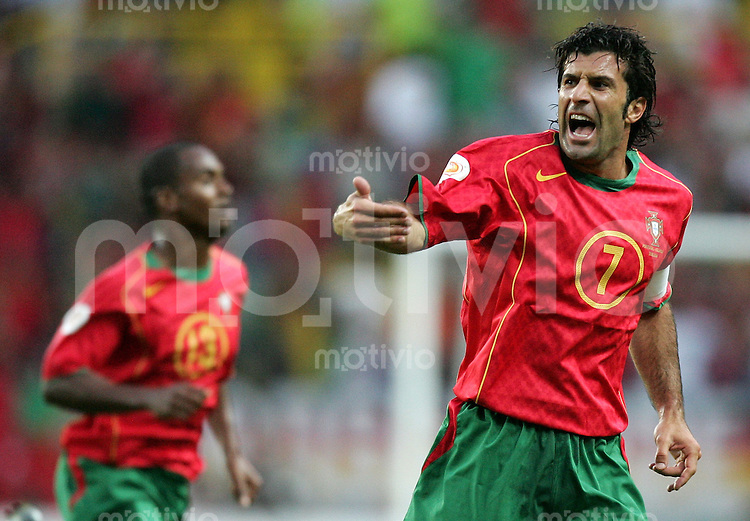 Fussball INTERNATIONAL EURO 2004 Portugal - Niederlande im Stadion Jose Alvalade in Lissabon Luis Figo (POR,re).