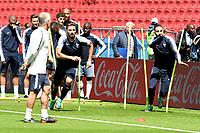 KAZAN - RUSIA, 15-06-2018: Adil Rami (Der) y Olivier Giroud (Izq) jugadores de Francia, durante entrenamiento del equipo frances como parte de la Copa Mundo FIFA 2018 Rusia. / Adil Rami (R) y Olivier Giroud (L) players of France in a training at Kazan Arena as part of the 2018 FIFA World Cup Russia. Photo: VizzorImage / Julian Medina / Cont