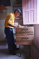 Funcionário dos correios confere a entrega de  uma das  últimas urnas para a escola municipal Domiciano de Farias  na   Ilha do igarapé Grande, a margem direita do rio Bijogo região das ilhas no município de Ananideua. O barco que saiu do porto de Curuçambá em Icoaraci chegou ao local de votação às 6:30hs(Brasília) para garantir a votação de 158 eleitores da 43ª Zona eleitoral 475 seção.<br />Foto Paulo Santos/Interfoto<br />06/10/2002