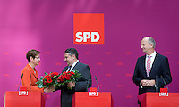 Die SPD-Spitzenkandidatin Heike Taubert, Bundeswirtschaftsminister und Vizekanzler Sigmar Gabriel (SPD) und SPD-Spitzenkandidat Dietmar Woidke geben am Montag (15.09.14) in Berlin eine Pressekonferenz zu den Landtagswahlen in Brandenburg und Th&uuml;ringen die B&uuml;hne.<br /> Foto: Axel Schmidt/CommonLens