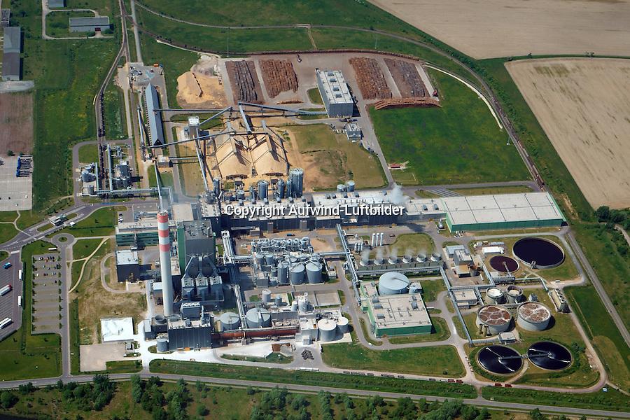 Zellstoff Stendal: DEUTSCHLAND, SACHSEN-ANHALT,STENDAL,  25.05.2014:<br /> Die Zellstoff Stendal GmbH ist der modernste und groesste Sulfat Zellstoffhersteller in Zentraleuropa. Herstellung von Faserstoff zur Herstellung von Druck- und Hygienepapieren aus Holz.<br /> Hauptgesellschafter der Zellstoff Stendal GmbH ist die Mercer International Inc. Es handelt sich um ein US-amerikanisches Unternehmen firmierend in Seattle, Washington State, und mit Corporate Office in Vancouver (Kanada).