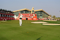 Simon Dyson (ENG) plays his 3rd shot into the 18th green during Thursday's Round 1 of the HSBC Golf Championship at the Abu Dhabi Golf Club, United Arab Emirates, 26th January 2012 (Photo Eoin Clarke/www.golffile.ie)