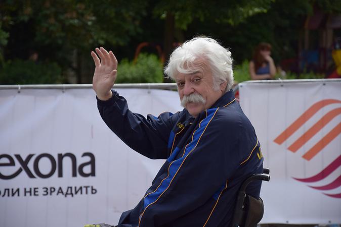 Mykola Podrezan, Mykola Podrezan, 64 Jahre alt, aus Kiew, leitet eine Stiftung, die Menschen mit Behinderung hilft, und reist mit seinem Projekt &bdquo;Planet Erde &ndash; aus dem Rollstuhl betrachtet&ldquo; um die Welt./<br /><br />Ab dem 11.Juni k&ouml;nnen Ukrainer ohne Visum f&uuml;r 90 Tage in die EU. Portraits von Ukrainern/<br /><br />&bdquo;Ich war bereits in 55 L&auml;ndern &ndash; davon in 48 im Rollstuhl. Es gibt einen Spruch, den ich sehr mag: Die einzige gesunde Droge ist das Reisen. F&uuml;r mich trifft das auf jeden Fall zu. Ich habe ein g&uuml;ltiges Schengen-Visum. Die Abschaffung der Visapflicht ver&auml;ndert f&uuml;r mich pers&ouml;nlich nicht viel. Aber f&uuml;r mein Land schon. Ich glaube, es geht bei der Visa-Freiheit nicht darum, dass es einfacher sein wird, die Papiere f&uuml;r die Reise in die EU vorzubereiten. Es geht um eine Ver&auml;nderung der Weltanschauung, vor allem bei jungen Leuten. Ich habe schon immer daf&uuml;r pl&auml;diert, dass Rollstuhlfahrer in die EU reisen sollten &ndash; um zu schauen, wie das Leben dort organisiert ist. Damit sie wissen, welche Bedingungen sie hier zu Hause anstreben k&ouml;nnten. Je mehr Ukrainer mit dem Gef&uuml;hl in die EU reisen werden, sie k&ouml;nnen jederzeit wieder kommen und die Grenze einfach passieren, desto schneller werden wir unser Land zum Besseren ver&auml;ndern. Es ist absolut unn&ouml;tig, das Rad neu zu erfinden. Wir k&ouml;nnten vieles von unseren europ&auml;ischen Nachbarn lernen. Deswegen freue ich mich &uuml;ber diesen Schritt Richtung Europa.&ldquo;