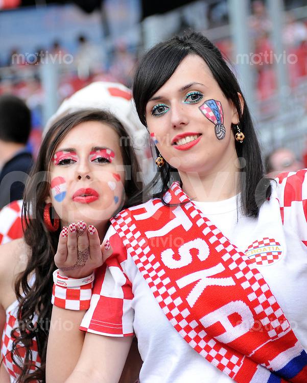 FUSSBALL EUROPAMEISTERSCHAFT 2008  Polen - Kroatien    16.06.2008 Kroatische Fans freuen sich vor dem Spiel.