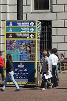 SAO PAULO, SP, 04 DE MAIO DE 2012 - PREPARATIVOS VIRADA CULTURAL - Mapas com a localização e programacao dos eventos da Virada Cultural sao colocados em pontos estragtegicos da regiao central na manha desta sexta feira. FOTO: ALEXANDRE MOREIRA - BRAZIL PHOTO
