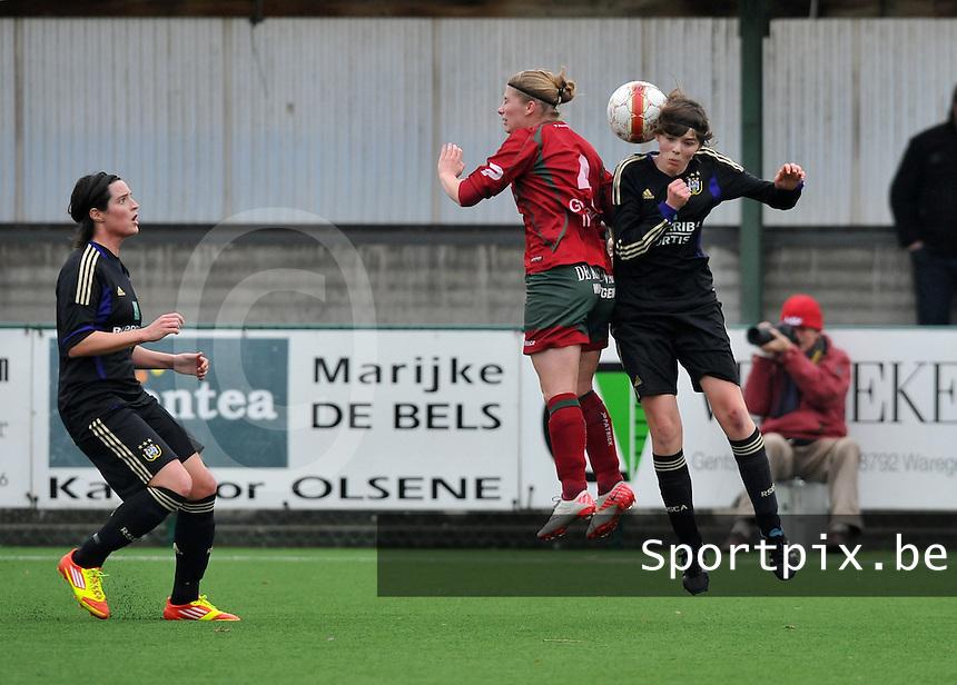 Dames Zulte - Waregem - RSC Anderlecht : Cecile De Gernier kijkt toe hoe Jana Coryn en Julie Van Gysel in duel gaan.foto DAVID CATRY / VROUWENTEAM.BE