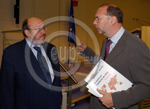 Brussels-Belgium - November 23, 2004---Dr Peter PIOT (ri), Executive Director of UNAIDS and Under Secretary-General of the United Nations, and Louis MICHEL (le), European Commissioner in charge of Development and Humanitarian Aid, launch the 'AIDS-epidemic update 2004', in the press room of 'Berlaymont', Headquarters of the EC---Photo: Horst Wagner/eup-images