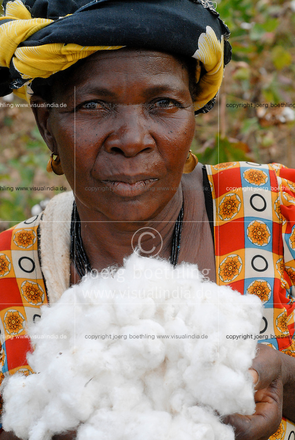 BURKINA FASO, organic cotton project, woman farmer Pandé Kandja Sory of village Nayagara / Burkina Faso, Helvetas fairtrade und Biobaumwolle Projekt -Biofarmerin Pandé Kandja Sory im Dorf Nayagara bei Bobo Dioulasso