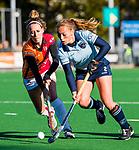 Laren - Mila Muyselaar (Lar)  met Donja Zwinkels (OR) tijdens de Livera hoofdklasse  hockeywedstrijd dames, Laren-Oranje Rood (1-3).  COPYRIGHT KOEN SUYK