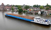 Nederland - Zaandam- 2020. Schip met houtsnippers op de Zaan.  Foto ANP / Hollandse Hoogte / Berlinda van Dam