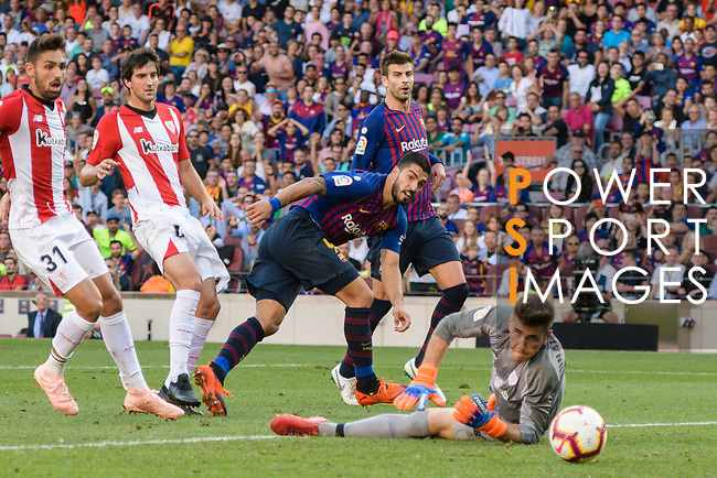 Luis Suarez of FC Barcelona (C) attempts a kick while being defended by Goalkeeper Unai Simon of Athletic Bilbao (R) during their La Liga  2018-19 match between Barcelona and Athletic Bilbao at Camp Nou Stadium on September 29, 2018 in Barcelpona, Spain. Photo by Vicens Gimenez / Power Sport Images