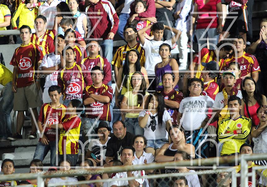 IBAGUE -COLOMBIA, 7-07-2013. Hinchas del Deportes Tolima durante partido de los cuadrangulares finales contra el Itagüi, fecha 6, de la Liga Postobón 2013-1 jugado en el estadio Manuel Murillo  Murillo Toro de la ciudad de Ibagué.  Fans of Deportes Tolima during the quadrangular final match against Itagüi, dated 6, the League played in 2013-1 Postobón Manuel Murillo Murillo Toro stadium in the city of Ibague<br /> /. Photo: VizzorImage/ Felipe Caicedo/ STAFF