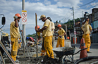 Rio de Janeiro-Rj 26/05/2014-OBRAS  BRT - Operarios trabalham para instalacao de novos semaforos para BRT na Rua Candido Benicio ,esquina com Rua Albano nessa tarde de segunda feira .Foto-Tércio Teixeira /Brazil Photo Press