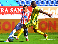 BARRANQUILLA - COLOMBIA, 04-02-2018: Jhonathan Alves (Izq) jugador del Atlético Junior disputa el balón con Marlon Torres (Der) del Atlético Bucaramanga  durante el partido entre el Atlético Junior y Atlético Bucaramanga  por la fecha 1 de la Liga Águila II 2018 jugado en el estadio Metropolitano Roberto Meléndez. / Jhonathan Alves (L) player of Atletico Junior vies for the ball with Marlon Torres (R) player of Atletico Bucaramanga during match between Atlético Junior and Atletico Bucaramanga  for the date 1 of the Aguila League I 2018 played at Metropolitano Roberto Meléndez  stadium. Photo: VizzorImage/ Alfonso Cervantes / Contribuidor