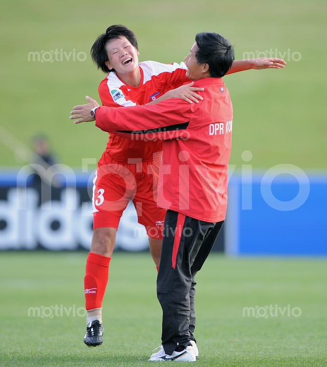 Fussball Frauen FIFA U 17  Weltmeisterschaft 2008    16.11.2008 Finale Korea DVR - USA JUBEL PRK,  Trainer Ui Ham Ri (re) und Hong Yon Jon