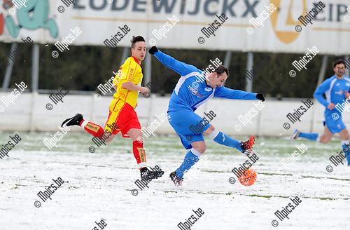 2015-01-25 / Voetbal / seizoen 2014-2015 / VV Laakdal - Sint Jozef / Raaymakers (Sint Jozef) trapt op de bal<br /><br />Foto: Mpics.be