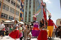 CURITIBA, PR, 09.11.2013 –CORTEJO  DA VIRADA - Cortejo do grupo Mundaré, abre as apresentações da virada cultural, na manha deste sabado, em Curitiba, no calçadão da rua XV de novembro. (Foto: Paulo LIsboa / Brazil Photo Press).